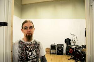 Daniel Olsson är glad för att det nu finns ett studiocentrum där hans band Unnamed kan repa.