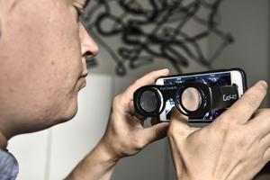 STOCKHOLM 2015-08-14Bo Gustavsson, VR-ansvarig, på produktionsbyrån Stopp i Stockholm prövar olika headsets för VR-filmer. Nu blir din smartphone porten till en virtuell värld. Foto: Anders Wiklund / TT / Kod 10040