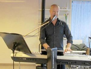 Magnus Caris svarade för musikunderhållningen vid PRO Orsas senaste möte.