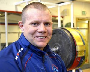 Sveriges starkaste polis, Jesper Claesson, 39, från Sundsvall, tävlar först i SM i tyngdlyftning, sedan ställer han om helt och börjar träna inför Vasaloppet.