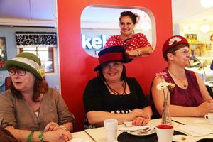 Avslutningsfikat på hattkursen hölls på café Cineast i tidstypisk miljö.