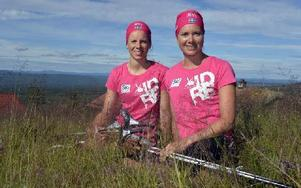 Falun-Borlänges längdduo Lina Korsgren och Sara Lindborg gör en satsning på långlopp i det renodlade damlaget SkiProAms rosa tävlingskläder. Foto: Nisse Schmidt
