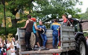 Mellan heaten fick åkarna åka traktorvagn upp till startområdet.