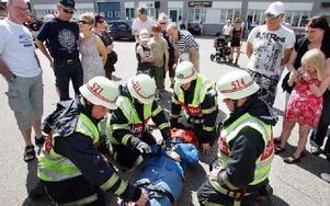 Åskådarna fick på nära håll följa hur räddningstjänsten tar hand om en peson som skadats vid en trafikolycka.FOTO: MIKAEL ERIKSSON