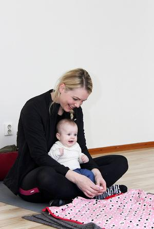 På mammayogan är barnen med och nära, samtidigt som mamma får möjlighet att träna. Marie-Kristin Silversved masserar fem månader gamla dottern Noras fötter.