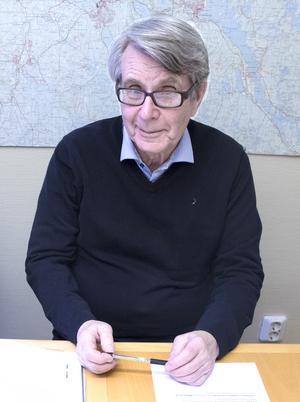 Gunnar Lidén, som växte upp i Ludvika på 1940- och 50-talen, tycker att kommunen ska passa på och hedra Carl Roth vid 100-årsjubileet av stans tillblivelse.