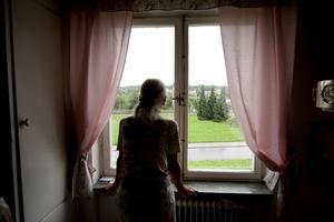 Ständigt duschande. Den 76-åriga kvinnan kan inte bli kvitt sina äckelkänslor efter attacken.