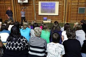 Omkring 60 elever och flera lärare hade samlats i gymnastiksalen för att lyssna på makarna Gabrielsens berättelse om vad som hände deras son Marcus.