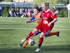 Kilafors Kajsa Salling och Bollnäs Åsa Magnusson i en av många dueller i derbyt på Solrosen där Bollnäs rättvist kunde vinna med 6–2.