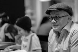 Östen Eriksson gör rollen som disponent Axel Lehman.