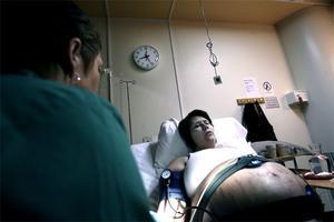 Tidigt på torsdagsmorgonen var de på plats i sitt rum på förlossningen. Några timmar senare sätts förlossningen igång.