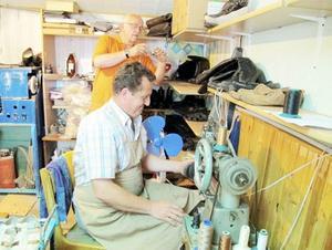 Anders Olofsson dokumenterar Kolas stolta arbete med den nya symaskinen.