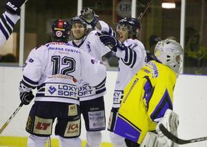 Jubel bland Östersund Hockeys spelare efter att Peter Westin petat in 4-0 i slutet av den andra perioden. ÖHC vann matchen med 5-1.Foto: Johan Axelsson/Sportbyrån