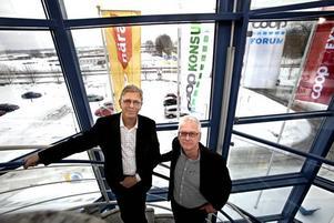 Per Blomqvist, vd för Gefleortens Mejeriförening, och Anders Stake, vd för Konsum Gävleborg, poserade glatt tillsammans i går. Båda är nöjda med att affärerna kan fortsätta som förut.