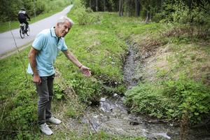 Mats Deltin, före detta miljövårdsdirektör vid länsstyrelsen, engagerar sig i det smältvatten som når Lillsjön. Bilden är från våren 2013. Men han vill inte följa de miljökrav som hans sommarstugekommun ställer.