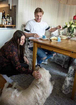 Emil Forsberg med sambon Shanga Hussain och hunden Roffe.