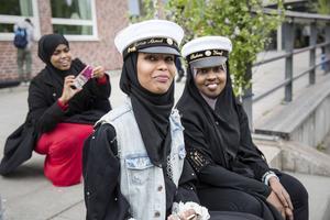 Mösspåtagning i Borlänge är en relativt ny tradition. I år hölls den på Hagagymnasiets skolgård. Fartun Ahmed och Shukria Yusuf var med.