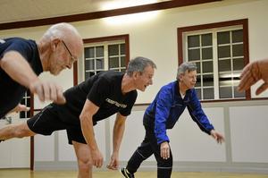På ett ben. Balansträning på ett ben ingår i programmet, här Lars Cederin, Torbjörn Lie och Göran Larsson.Foto: Thomas Eriksson