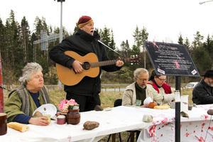 Jan Hammarlund sjöng sina egna sånger och krig och fred.