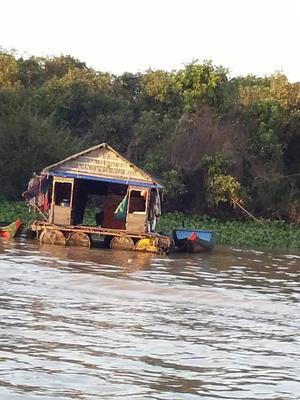 Under Pol Pots skräckvälde fördrevs en del personer till sjön Tonle Sap och bor i hus som flyter på vattnet.