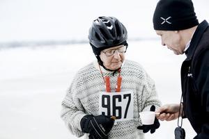 KG Wahlström fyller på under med energi under 2016 års upplaga av tävlingen. Alla deltagare i Ice race vintage måste ha tidstypiska kläder och skridskor från 1963, bland annat stickad tröja (arkivfoto).