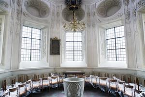 Dopkapell. Ett 20-tal frivilliga, bland dem kyrkoherden själv, bar in de nya stolarna till Cronberg-Hackerska gravkoret som med största sannolikhet är ritat av Erik Dahlberg. Gravkoret används numera som dopkapell.