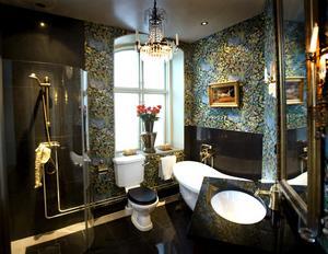 När Villa Svea var restaurang gick väggen mellan dam- och herrtoaletten mitt för fönstret. Nu är krogtoaletterna omgjorda till ett rymligt badrum med kristallkrona i taket och tapet av Josef Frank.