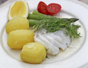 Stekt lax med grön sparris, färsk potatis och grönsaker är mat som vi längtar efter just nu.