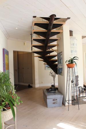 Trappen till övervåningen är byggd i en rå, industriell stil. En fin kontrast till herrgårdsromantiken.