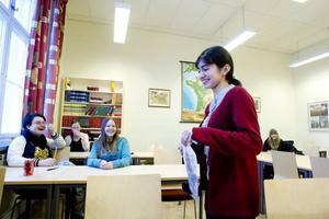 Betättade om sina språk. Amel Khalilova berättade om hur det är att leva i Azerbajdzjan och om de två språken ryska och azerbajdzjanska som talas där.   Frida Hallberg och Viriginia Rosén (i bakgrunden) tyckte att ryska verkar vara ett spännande språk som det skulle vara kul att lära sig.