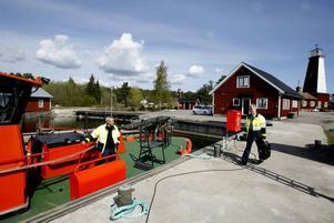 Lotsen Mats Wallman har kommit med taxi och skyndar med lätta steg mot lotsbåten.