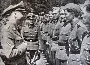 Heinrich Himmler, mannen som administrerade massmordet på sex miljoner judar, samtalar med svenska Waffen SS-soldater på nazisternas utbildningsläger i Sennheim 1943.