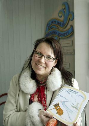 Madeleine Renhuvud debuterar som författare när hon nu släpper en barnbok på sydsamiska. Boken handlar om en renkalv och Madeleine har både skrivit och illustrerat.