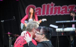 Anders och Marina Wikman gillade att dansa till bandet från Skåne, Callinaz. Foto: Bengt Pettersson