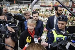 Utrikesminister Margot Wallström (S) pratar med journalister vid Åhléns i centrala Stockholm på lördagen.  Politik och press förutsätts verka öppet i en demokrati. Med polisens hjälp.