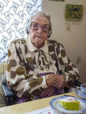 Märta Mattsson firades med tårta och blommor på bemärkelsedagen. Och konstigt vore väl annars när man fyller 110 år.
