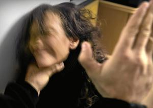 Värre. Mäns våld mot kvinnor är värre än kvinnors våld mot män. Men enligt två studier vid Sahlgrenska akademin är det minst lika vanligt att kvinnor slår män, som att män slår kvinnor. Arkivfoto: Claudio Bresciani/Scanpix