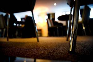 Mjuka mattor och gardiner är några sätt att dämpa ljudet på.