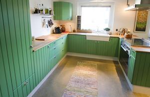 Fräscht. Betonggolv och grönt kök är inte så vanligt.