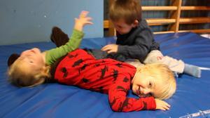 LEKER. Mio, Nils och Noah leker på Framtidens föräldrakooperativ. Om Framtiden finns kvar om två år är i dagsläget oklart.
