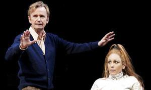 Johan Ulvessons Higgins lyfter Pygmalion på Dramaten. Foto: Roger Stenberg