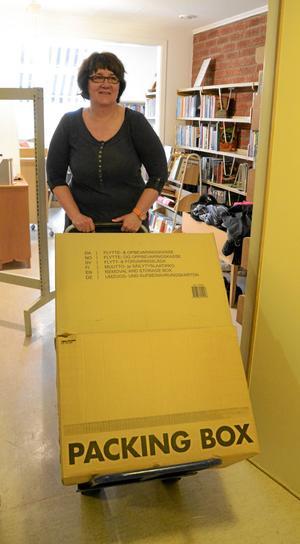 Hit och dit. För att bereda plats i ett rum måste kartongerna flyttas till ett annat. Lena Andersson kör undan en av många.