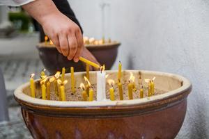 Vid Tova Mobergs begravning var det många som tände ett ljus till hennes minne.