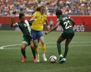 Sveriges Lotta Schelin mot Nigerias Onome Ebi och Ngozi Ebere i gruppspelsmatchen mot Nigeria.