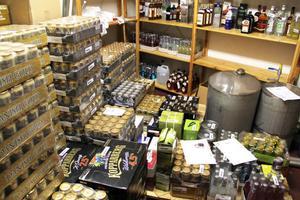 I slutet av mars i år gjorde polisen ett tillslag mot en man i Vallvik. Där hittades stora mängder importerad alkohol samt en hembränningsapparat.