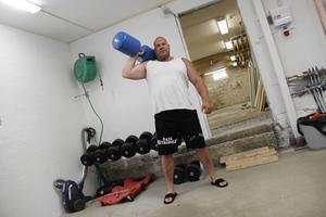 Så mycket vikter finns det inte hemma. Han tränar på ett gym i Storvik.