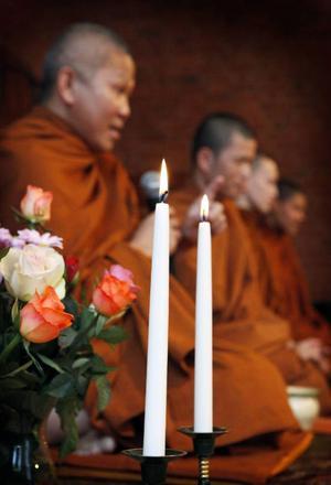 Munkarna som under lördagen tog emot mat under en ceremoni som thailändare i Östersund höll på församlingsgården vid nya Kyrkan. Mannen närmast kameran bor i Thailand medan de övriga bor i Östersund.