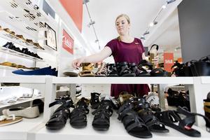 Nathalie Carlsson, vikarierande butikschef för Din Sko, hoppas på en fortsatt varm sommar med ökad försäljning av sandaler och andra sommarskor.