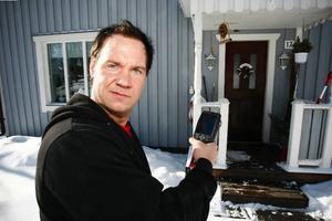 Patrik Westner använder värmekamera för att se var husen är dåligt isolerade och därmed läcker värme.