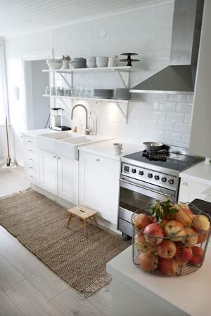 Det härligt ljusa och lantliga köket hemma hos familjen Ehrling. Köksinredning och fläkt är från Ikea, spisen från Smeg.